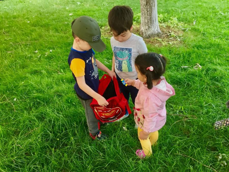 (Kapı kapı dolaşıp topladığı şekerleri, arkadaşlarıyla paylaşan çocuk, yüreğinden öpüyorum.)